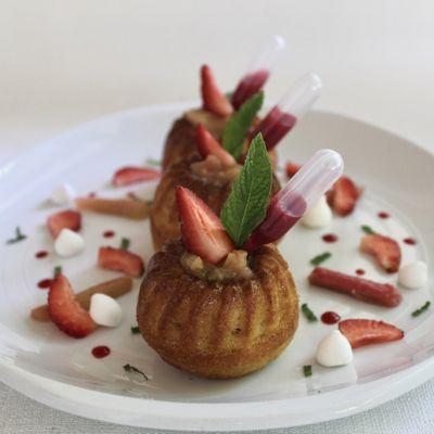 Moelleux au vin blanc, compote de rhubarbe et coulis de fraise