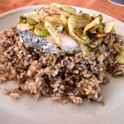 Tranche de merlu au fenouil grillé, riz complet et riz noir en toute simplicité