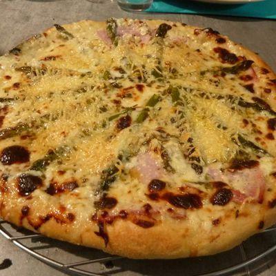 Pizza blanche au jambon et asperges