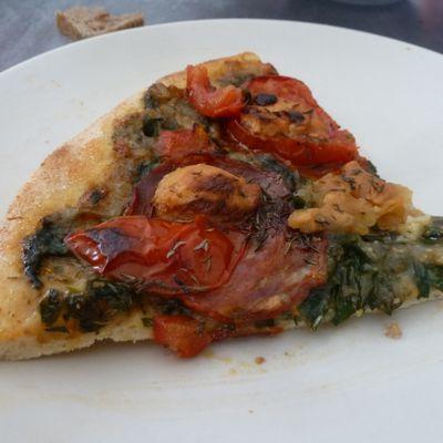 Pizza sur base de sauce aux blettes, chorizo et chèvre