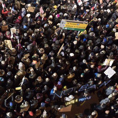 USA : L'aéroport John F. Kennedy, à New York, s'est transformé en une scène hantée par la colère et le désespoir alors que les citoyens de sept nations musulmanes se voyaient refuser l'accès aux États-Unis, samedi