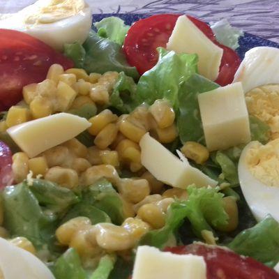 Salade de mâche à la noisette, tomate maïs et cubes de beaufort pour un été indien