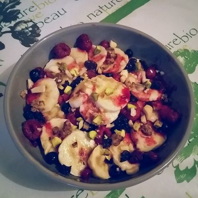Porridge fruits rouges, banane et fruits secs