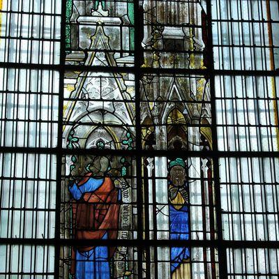 Les vitraux de la Sainte-Chapelle de Bourges reposés dans la crypte de la cathédrale.