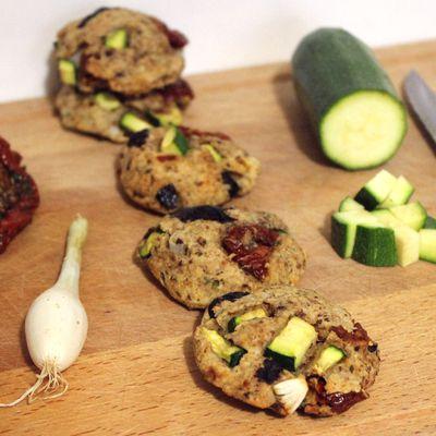 Cookies salés courgettes, tomates séchées et olives noires (végétaliens, à l'okara d'amande)