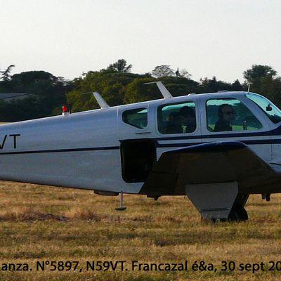 Un BEECHCRAFT K35 Bonanza, quadriplace utilisé pour des prises de vues aériennes (panneau de fuselage enlevé). 18000 Bonanza furent produits de 1947 à 1982 !