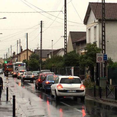 Un homme armé d'un fusil menace un couple après un accident de la route rue Maximilien Robespierre à Aulnay-sous-Bois