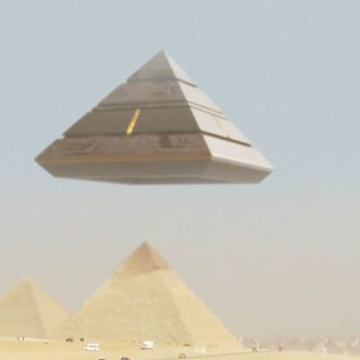 Amazing UFO Mothership lands on GIZA PYRAMID - Ancient Aliens are BACK !!! February 2018