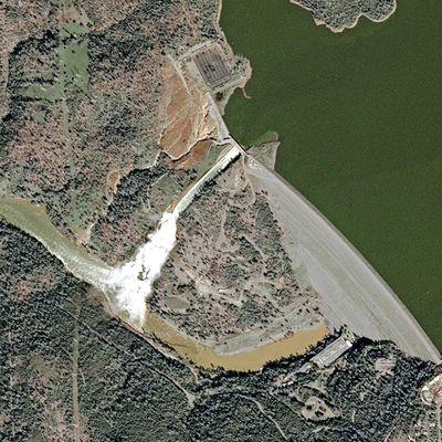 Barrage du lac d'Oroville : la montée des eaux et les déversoirs endommagés vus par les satellites SPOT