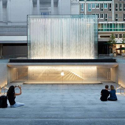 FOSTER AND PARTNERS DESIGNED APPLE PIAZZA LIBERTY IN MILANO