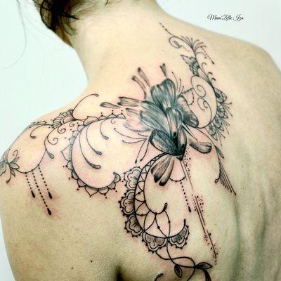 Recouvrement ancien tatouage, fleurs et mehendi.