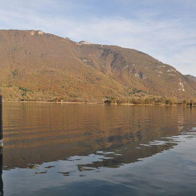cette fois le lac est orangé et deux châteaux...