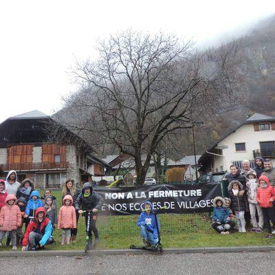 Non à la fermeture de nos écoles de village
