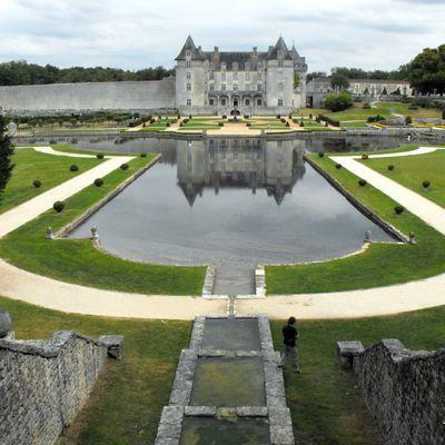 """Le château """"de la Belle au Bois Dormant""""  à La Roche Courbon"""