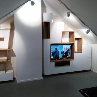 Conception, aménagement et création propre et sur mesure d'un espace bibliothèque en sous-toiture