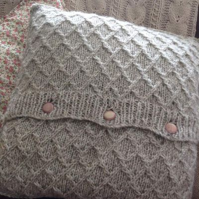 Diamond lattice knitted cushion cover pattern