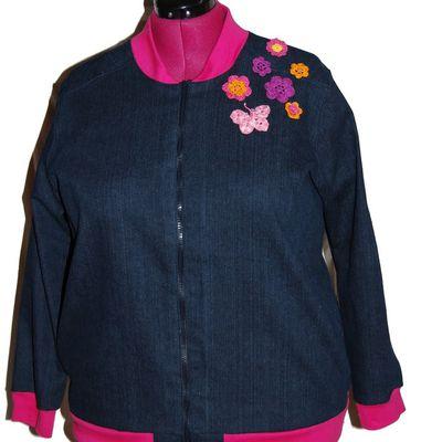 Veste en jean et fleurs au crochet.