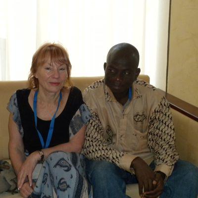 """11 octobre 2009: Tenue d'un forum de haut niveau sur le climat dimanche à Ouagadougou Photo:Equipe de Rédaction du Magazine """"VOX Africa""""(Annik BIANCHINI et Patrice AQUEREBURU à gauche de Annik) sur le Site Touristique de LAONGO au BURKINA en Octobre 2009. ------------------------------------------------------------------------------------------ Sculptures sur Granit de Laongo Les sculptures sur granit de Laongo, à quelques kilomètres de Ouagadougou, sont une représentation particulière de l'art au Burkina Faso. C'est à Laongo, en mettant à profit un affleurement granitique que des artistes sculpteurs africains et mondiaux ont créé ce musée à ciel ouvert. Visiter les Sculptures de Laongo: Sculptures de Granit de Laongo Burkina Faso Jardin de sculptures sur granit Laongo Burkina Faso Pour découvrir les sculptures de Laongo, vous devrez vous rendre à 35 km à l'est de Ouagadougou, non loin de Ziniaré; vous pouvez vous offrir un détour dans un jardin de sculptures sur Granit. L'endroit a conservé son côté un peu sauvage mais la qualité artistique est vraiment au rendez vous. Laongo Sculpture sur granitL'idée que l'on se fait habituellement de l'art africain, en particulier au Burkina Faso, tourne beaucoup autour du bronze et de la sculpture sur bois. Ici, les artistes ont fait parler marteaux, burins et autres perforateurs. Même si on retrouve des thèmes fréquemment rencontrés en Afrique, il en ressort une vraie modernité. sculptures de Laongo  Symposium de sculpture de Laongo Burkina Faso"""