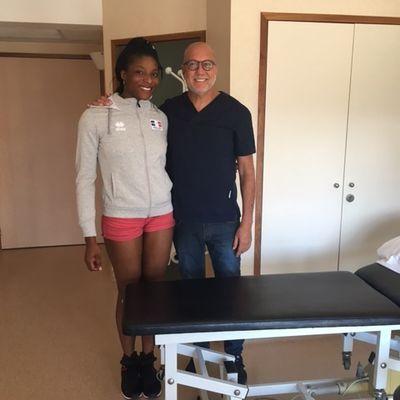 Marie-France GARREAU DJE, équipe de France de Volley-ball avec le Dr Gaillaud à la Clinique Oxford