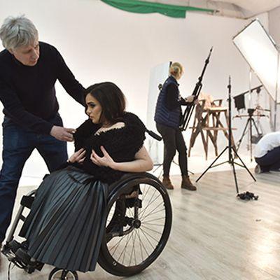 Un mannequin en chaise roulante brise les tabous