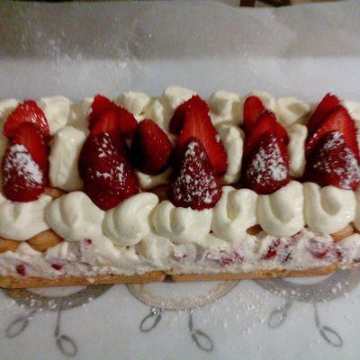 Gâteau aux fraises et boudoirs.