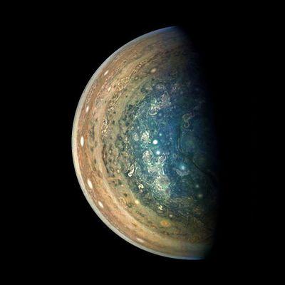 La région polaire sud tourbillonnante de Jupiter