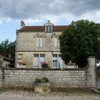 L'École, le Café, la Boulangerie et le Château