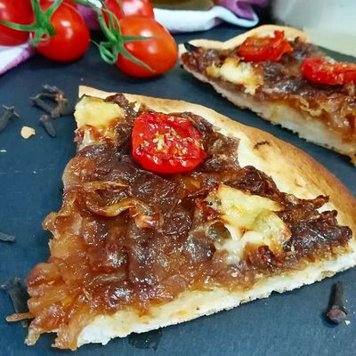 coca de cebolla caramelizada aromatizada con clavo y con un toque de gorgonzola y tomates cherry-DESCUBRIENDO SABORES