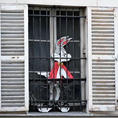 21 mars. Bugs Bunny confiné. Rue Feutrier.