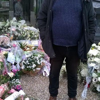 4) moi au cimetière  Montmartre à Paris derrière moi la tombe du couple des chanteurs Michel Berger et son épouse France gall