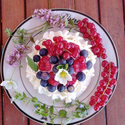 Pavlova à la framboise et ses fruits rouges