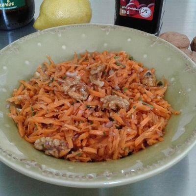 salade de carottes râpées aux noix et huile de noix, vinaigre balsamique, jus d'un citron pressé, 2 echalottes, persil plat, coriandre fraîche, sel, poivre