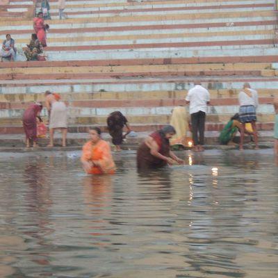 Bain matinal dans le Gange.