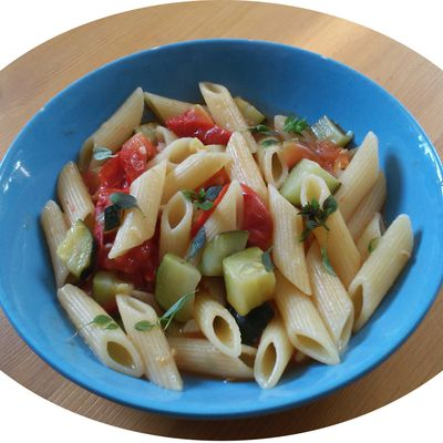 One pot pasta - Pennes, tomates, courgettes & basilic