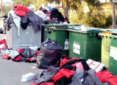 Les migrants de l'Aquarius jettent aux ordures les couvertures et les vêtements offerts par la Croix Rouge.