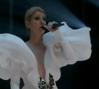 Céline Dion chante «My Heart Will Go On» aux Billboard Music Awards.