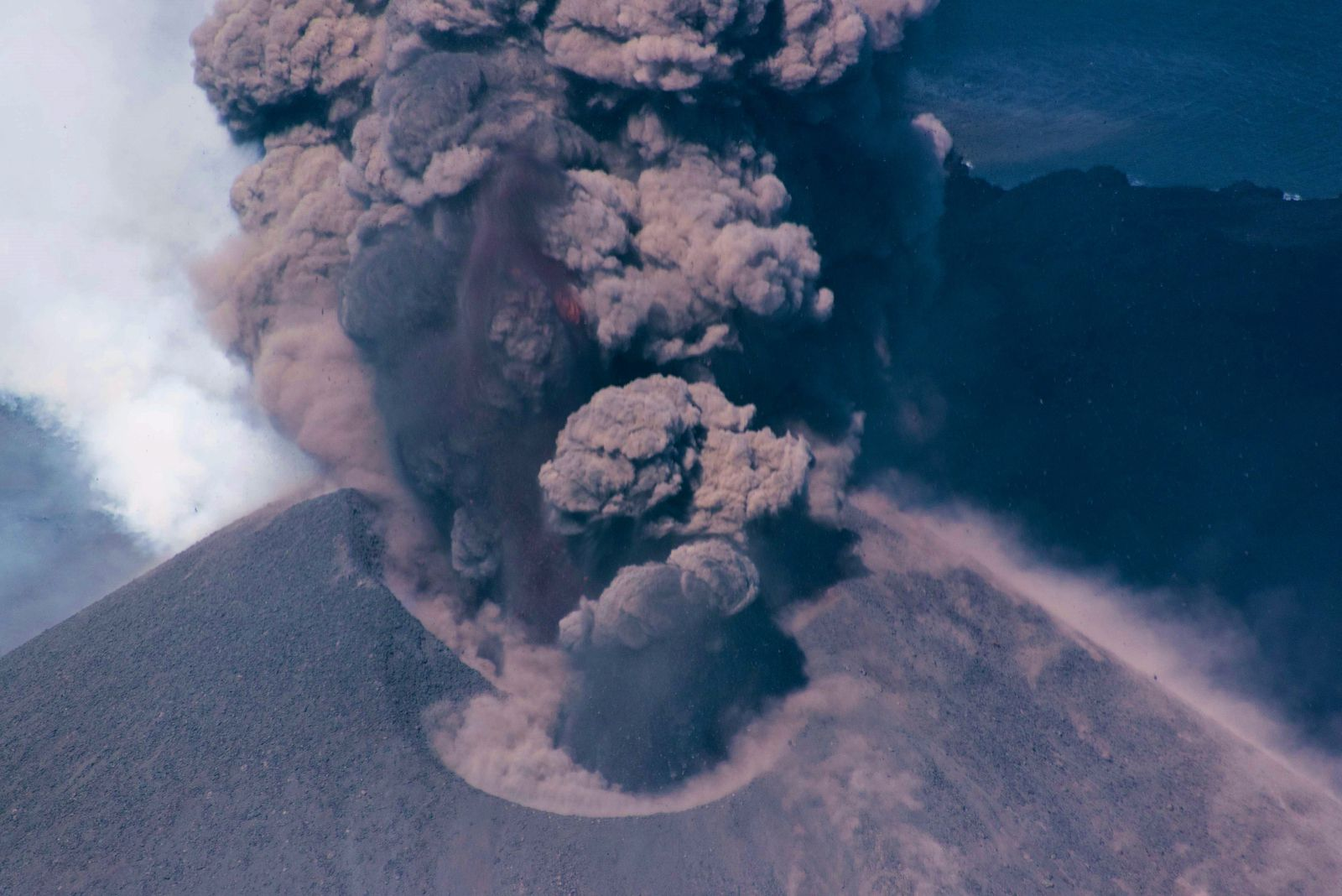 Nishinoshima - coalescence of craters and glowing projections in the ash plume - photo JCG 19.06.2020