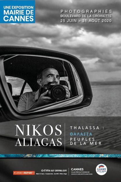 Exposition de photographies prises par Nikos Aliagas, boulevard de la Croisette à Cannes.